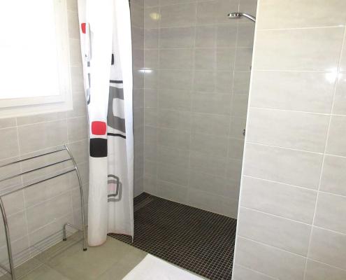 Salle de douche accessible PMR grand gîte en Bretagne